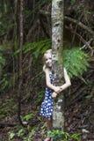 Mädchen, das Baum umarmt lizenzfreie stockfotografie