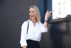 Mädchen, das beeindruckter Freund macht unglaubliche Sachen ist Überraschte und begeisterte schöne Frau im Bürohemd stockfotografie
