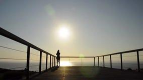 Mädchen, das bei Sonnenuntergang fotografiert stock video