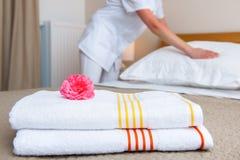 Mädchen, das Bett im Hotelzimmer bildet Stockfoto