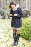 Mädchen, das bewegliche Fotografie im Park tut Lizenzfreie Stockfotografie