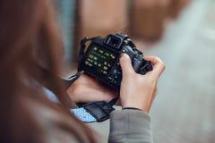 Mädchen, das Bilder auf der Straße betrachtet lizenzfreie stockbilder