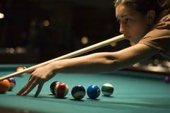 Mädchen, das Billiard spielt Stockfotos