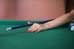 Mädchen, das Billiard spielt Lizenzfreie Stockbilder
