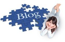 Mädchen, das Blog herstellt Stockbilder
