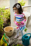 Mädchen, das Blumen pflanzt Stockfotografie
