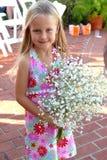 Mädchen, das Brautblumenstrauß anhält Lizenzfreies Stockbild