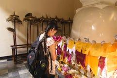 Mädchen, das am buddhistischen Tempel betet Lizenzfreies Stockfoto