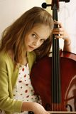 Mädchen, das Cello spielt Lizenzfreies Stockfoto