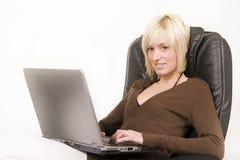 Mädchen, das an Computer arbeitet Lizenzfreies Stockbild