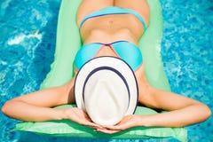 Mädchen, das in das blaue Pool schwimmt stockbilder
