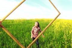 Mädchen, das in das Feld läuft Lizenzfreie Stockfotografie