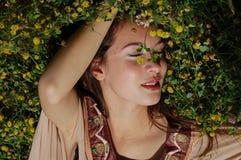 Mädchen, das in das Gras genießt die Sommerzeit legt stockfotos