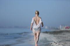 Mädchen, das in das Wasser geht Lizenzfreie Stockbilder