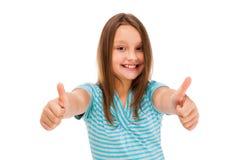 Mädchen, welches das OKAYzeichen lokalisiert auf weißem Hintergrund zeigt stockbild
