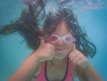 Mädchen, das Daumen herauf Unterwasser gibt lizenzfreie stockbilder