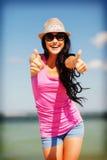 Mädchen, das Daumen oben auf dem Strand zeigt Lizenzfreie Stockfotografie