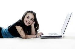 Mädchen, das an dem Laptop arbeitet stockbild