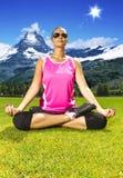 Mädchen, das in den Alpen meditiert lizenzfreie stockfotos