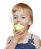 Mädchen, das den Apfel isst Lizenzfreie Stockfotos