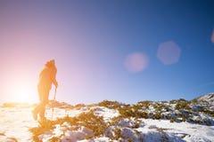 Mädchen, das in den Bergen stillsteht Lizenzfreie Stockbilder