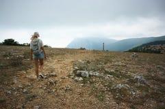 Mädchen, das in den Bergen wandert lizenzfreies stockfoto