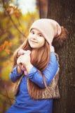 Mädchen, das in den Herbstpark geht stockfotografie