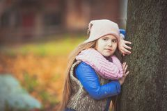 Mädchen, das in den Herbstpark geht lizenzfreies stockbild