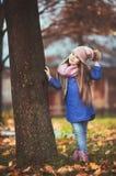 Mädchen, das in den Herbstpark geht lizenzfreie stockbilder