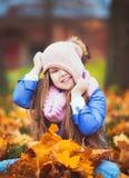 Mädchen, das in den Herbstpark geht lizenzfreie stockfotos