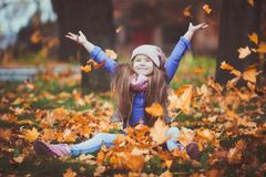 Mädchen, das in den Herbstpark geht stockbild