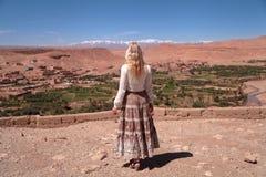 Mädchen, das den Horizont mit den hohen Atlas-Bergen betrachtet stockfotografie