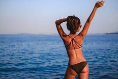 Mädchen, das den Horizont und das Wellenartig bewegen betrachtet lizenzfreie stockfotos