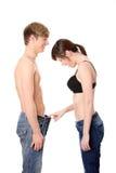 Mädchen, das in den Menshosen schaut Lizenzfreies Stockfoto