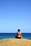 Mädchen, das den Ozean überwacht Stockfotos