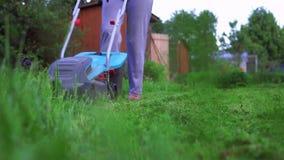 Mädchen, das den Rasen mäht stock footage