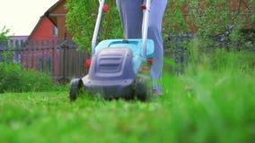 Mädchen, das den Rasen mäht stock video footage