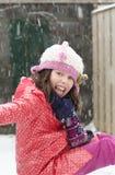 Mädchen, das den Schnee genießt Stockfotos