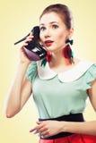 Mädchen, das den Schuhaufruf beantwortet Stockfoto