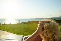 Mädchen, das den Sonnenuntergang genießt stockfoto