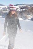 Mädchen, das in den starken Schneefällen auf dem Berg steht Stockbild