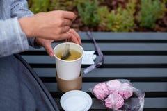 Mädchen, das den Tee im Freien zubereitet Frühstücken Sie im Freien morgens Stockfoto
