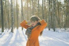 Mädchen, das in den Wald im Winter geht Stockfotos