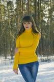 Mädchen, das in den Wald im Winter geht Stockfoto