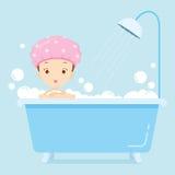 Mädchen, das in der Badewanne badet Stockbilder