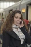 Mädchen, das in der Bahnstation anruft Lizenzfreies Stockbild