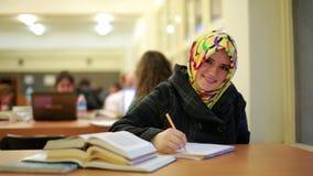 Mädchen, das in der Bibliothek studiert stock footage