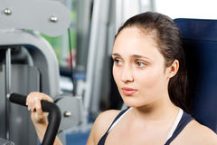 Mädchen, das in der Gymnastik ausarbeitet Lizenzfreies Stockbild