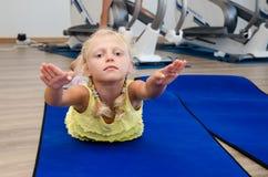 Mädchen, das in der Gymnastik trainiert Lizenzfreies Stockfoto