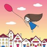 Mädchen, das in der Hand über die Stadt mit einem Ballon fliegt Stockfotografie